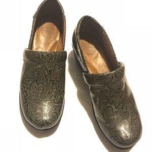 """NURTURE """"Perry"""" Textured Gray Leather Clogs Mules"""